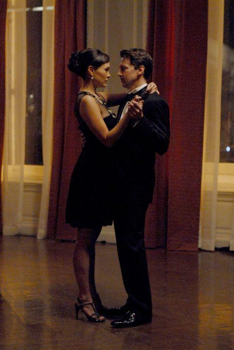 Überglücklich: Victory (Lindsay Price, l.) hat in Joe (Andrew McCarthy, r.) ihren Traummann gefunden. - Bildquelle: 2004 NBC, Inc.