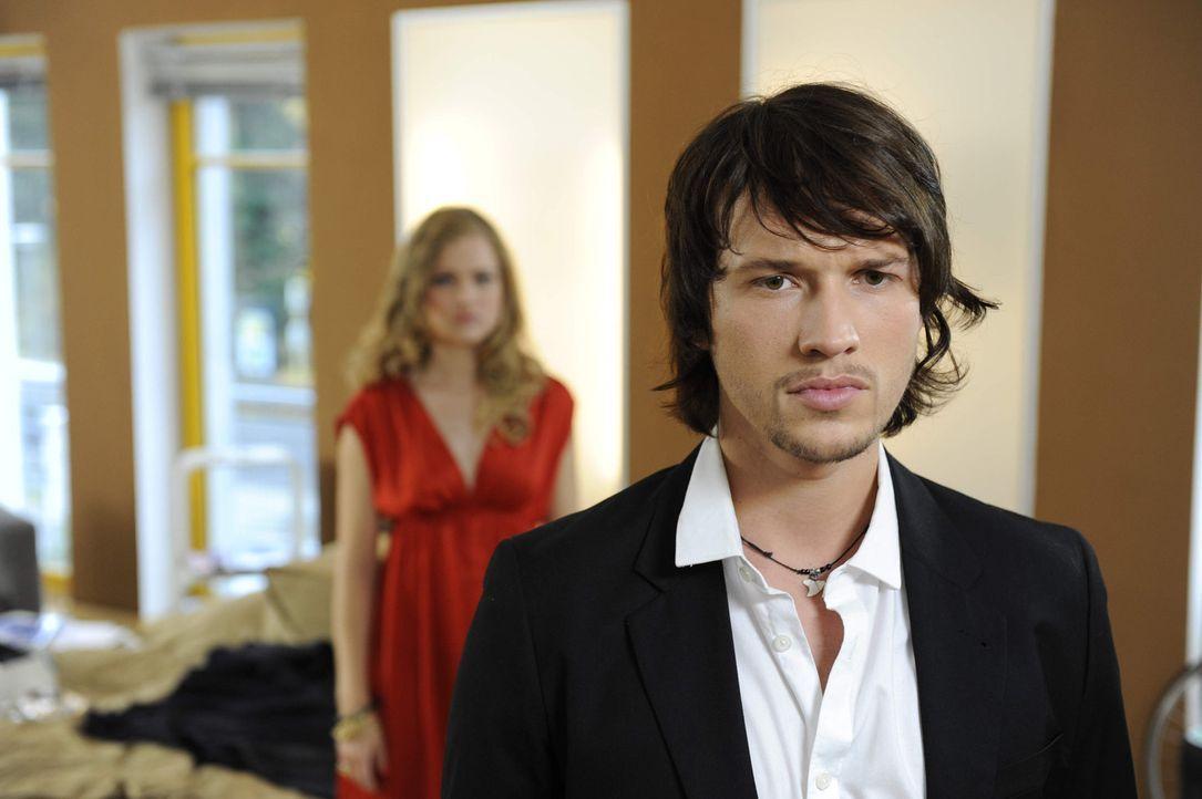 Als Ben (Christopher Kohn, r.) sich weigert, das Foto von Bea zu löschen, trennt sich Caro (Sonja Bertram, l.) von ihm. - Bildquelle: SAT.1