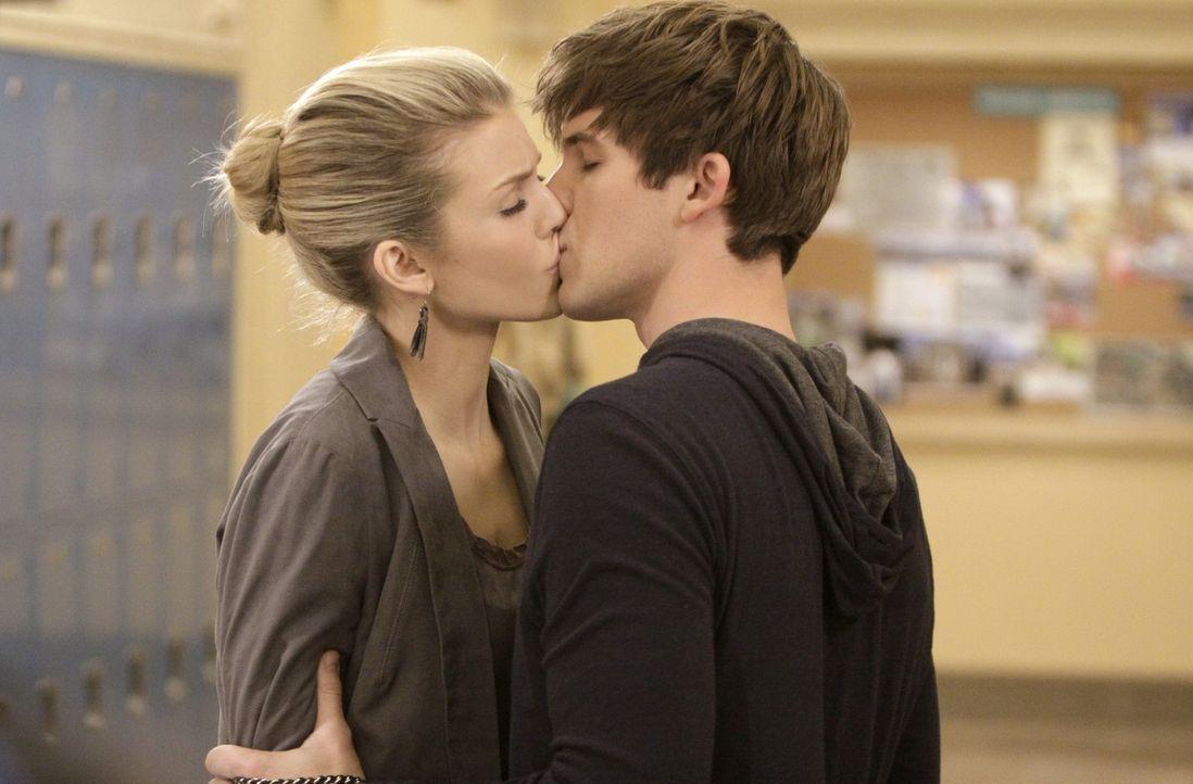 Wird Liam (matt Lanter, r.) Naomi (AnnaLynne McCord, l.) immernoch lieben, wenn er erfährt, zu was sie fähig ist? - Bildquelle: TM &   CBS Studios Inc. All Rights Reserved