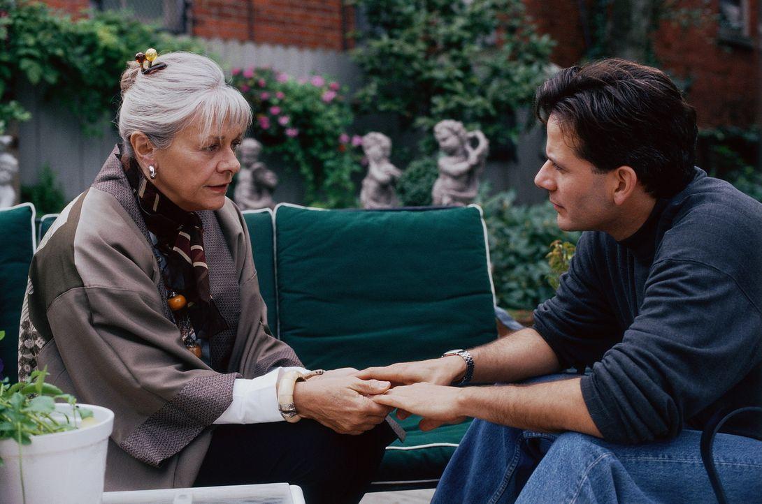 Ein Liebesbrief aus der Vergangenheit verändert das Leben von Scotty (Campbell Scott, r.) und seiner Mutter Beatrice (Estelle Parsons, l.) ... - Bildquelle: Hallmark Entertainment