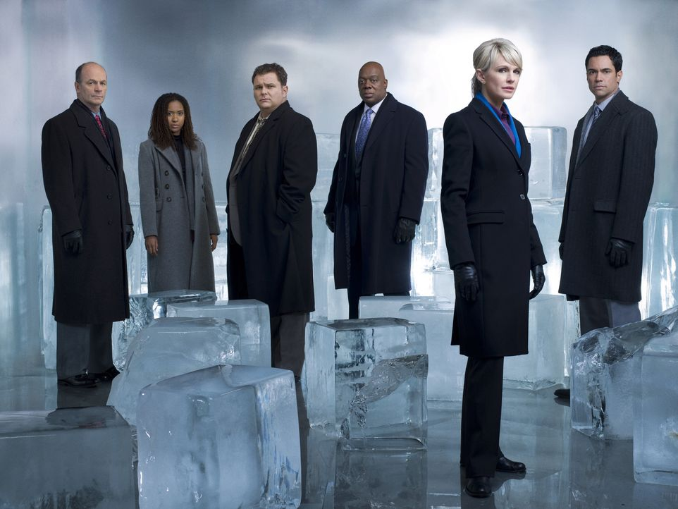 (7. Staffel) - Cold Case - Kein Opfer ist je vergessen: Scott (Danny Pino, r.), Nick Vera (Jeremy Ratchford, 3.v.l.), Will (Thom Barry, 3.v.r.), Lil... - Bildquelle: Warner Bros. Television