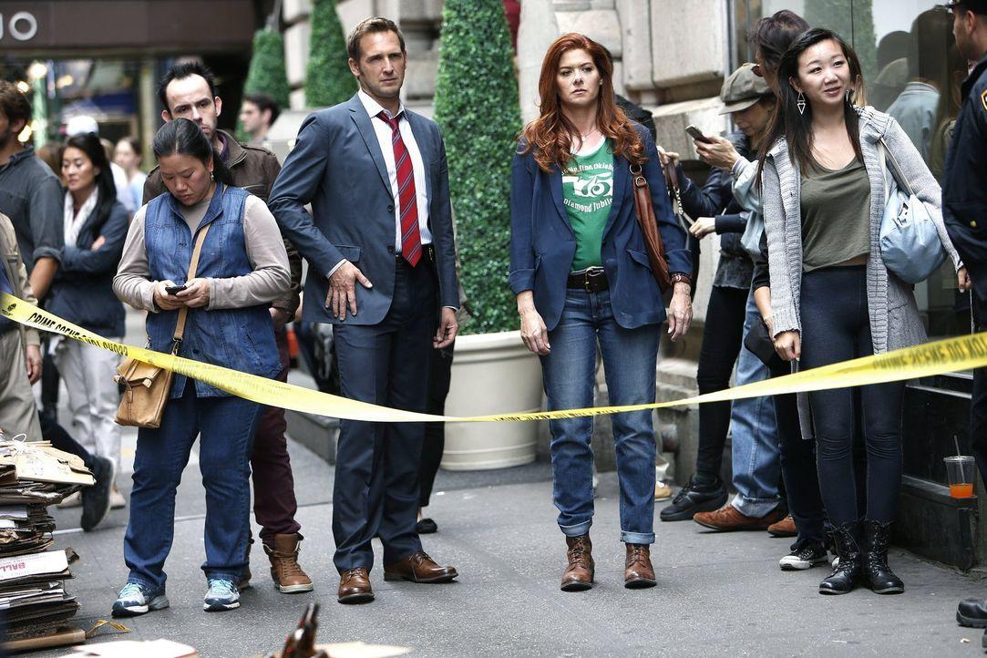 Müssen einen neuen Mordfall lösen: das Ex-Ehepaar Laura (Debra Messing, M.r.) und Jake (Josh Lucas, M.l.) ... - Bildquelle: Warner Bros. Entertainment, Inc.
