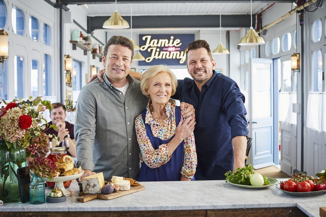 (v.l.n.r.) Jamie Oliver; Mary Berry; Jimmy Doherty - Bildquelle: Steve Ryan 2019 Jamie Oliver Enterprises Ltd. / Steve Ryan