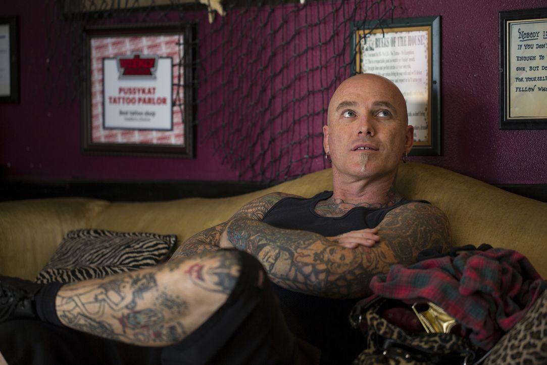 """Dirk empfängt seine Kunden nicht nur in seinem Tattoo-Laden, """"Pussykat Tattoo"""", sondern macht sich auch selber auf den Weg, um auf den Straßen von L... - Bildquelle: 2013 A+E Networks, LLC"""