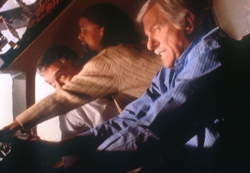 Mark (Dick Van Dyke, r.) und der Chefpilot Lincoln (Mark La Mura, l.) versuchen verzweifelt, das Flugzeug, das in den Sturzflug übergegangen ist, ab... - Bildquelle: Viacom