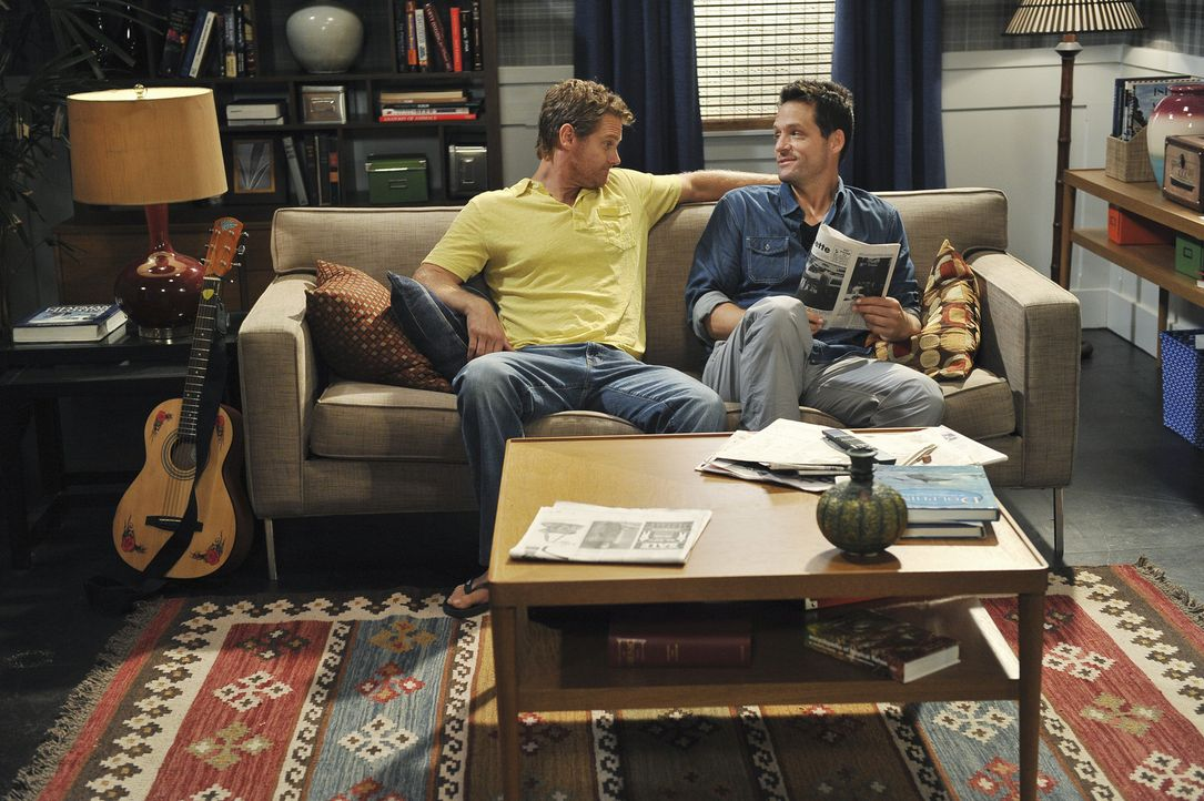 Grayson (Josh Hopkins, r.) zieht sich immer mehr zurück, doch Bobby (Brian Van Holt, l.) lässt nicht locker, denn er spürt, dass Grayson ein Prob... - Bildquelle: 2009 ABC INC.