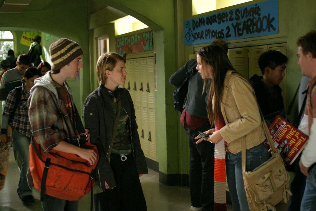 Im Chemiekurs lernt Joan (Amber Tamblyn, r.) Adam Rove (Christopher Marquette, l.) und Grace Polk (Becky Wahlstrom, M.), zwei sehr schlaue, aber zie... - Bildquelle: Sony Pictures Television