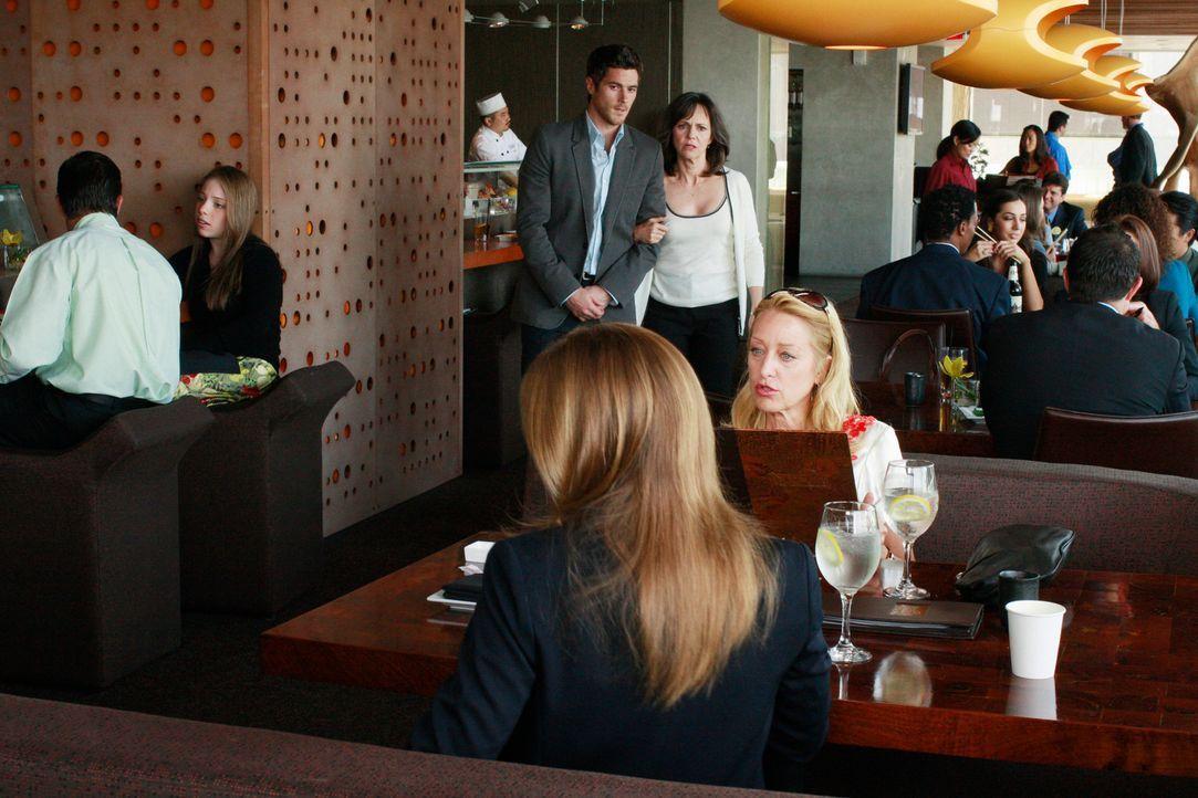 Unangenehme Zusammenkunft: Nora (Sally Field, hinten r.) und Holly (Patricia Wettig, vorne r.) werden von Justin (Dave Annable, hinten l.) und Rebec... - Bildquelle: 2008 ABC INC.