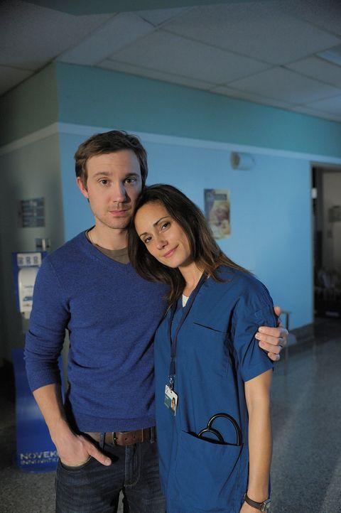 Während bei Aidan der Besuch der Mutter absteht, trifft sich Josh (Sam Huntington, l.) seine Ex-Verlobten Julia (Natalie Brown, r.) wieder ... - Bildquelle: Phillipe Bosse 2012 B.H. 2 Productions (Muse) Inc. ALL RIGHTS RESERVED.