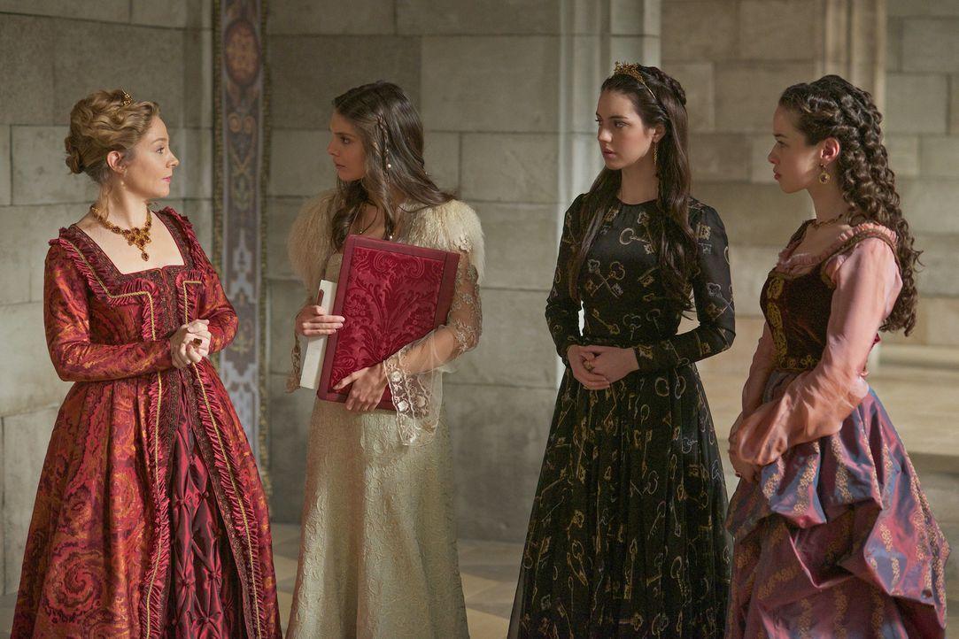 Während Kenna (Caitlin Stasey, 2v.l.) und Lola (Anna Popplewell, r.) in Marys (Adelaide Kane, 2.v.r.) Namen entsetzt sind, dass der königliche Hof v... - Bildquelle: Sven Frenzel 2014 The CW Network, LLC. All rights reserved.