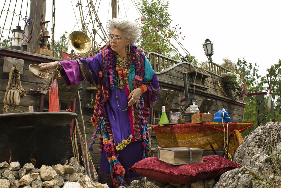 Jetzt wird's der alten Hexe Surulunda (Pilar Bardem) allmählich zu bunt, denn der oberfiese Zauberer Hieronymus, hat sich schon wieder in ihr idylli... - Bildquelle: Marco Nagel Disney
