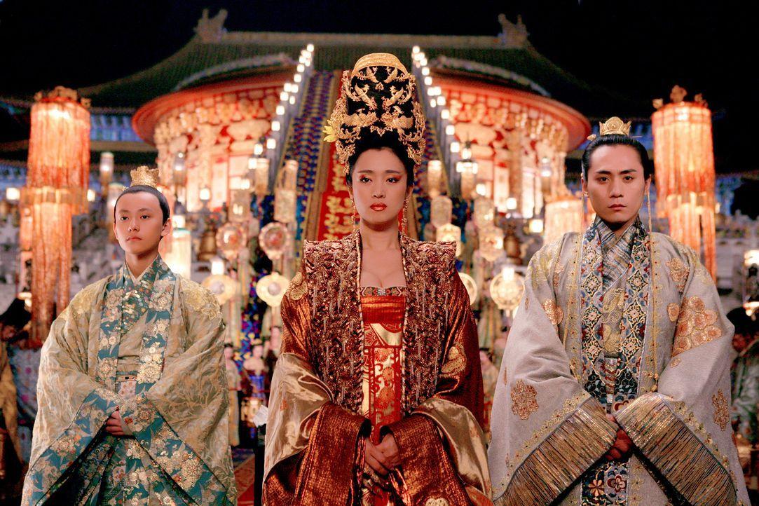 Kaiserin Phoenix (Gong Li, M.) und Kronprinz Wan (Liu Ye, r.) können ihre Affäre nicht mehr verbergen. Auch nicht vor Prinz Yu (Qin Junjie, l.) ... - Bildquelle: TOBIS Film