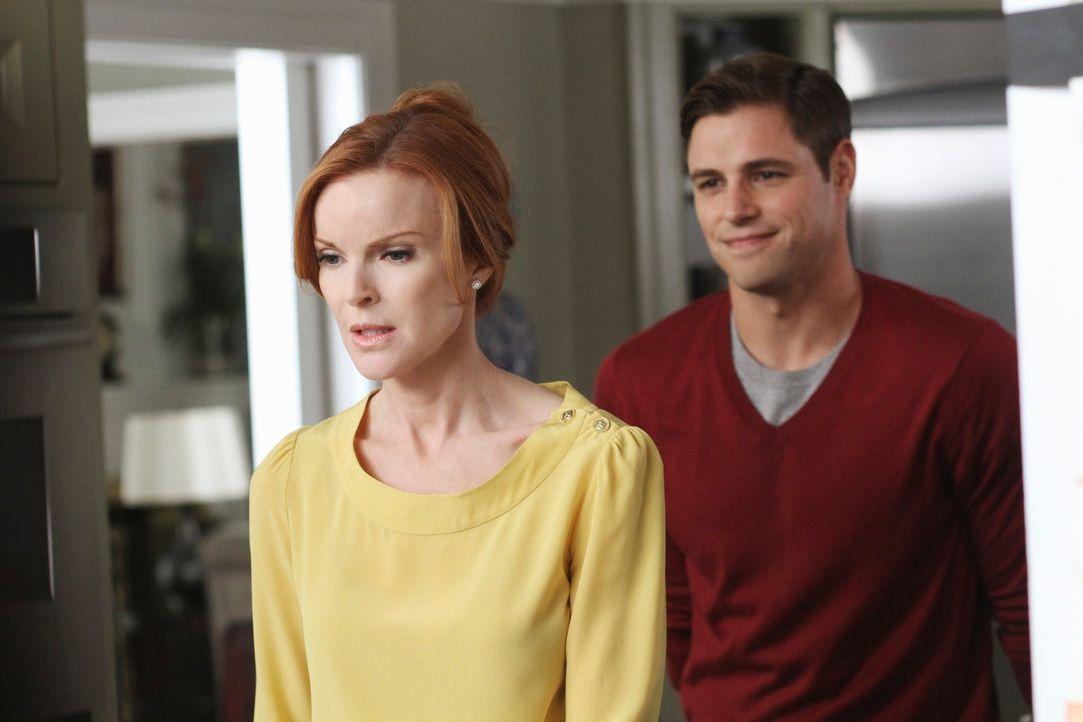 Bree (Marcia Cross, l.) versucht, Sam (Sam Page, r.) loszuwerden, doch der will nicht gehen. Auf Brees indirekte Drohung reagiert er mit einer Gegen... - Bildquelle: ABC Studios