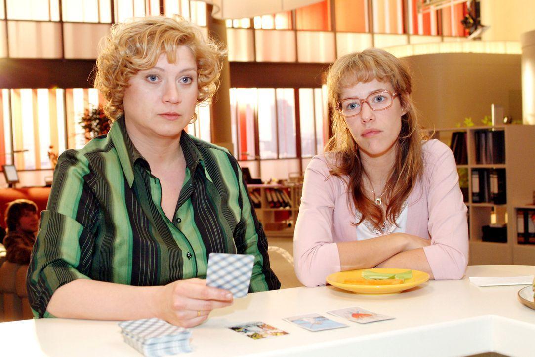 Agnes (Susanne Szell, l.) legt die Tarotkarten und berichtet Lisa (Alexandra Neldel, r.) von den Sorgen und Ängsten, was die Zukunft von Kerima Mod... - Bildquelle: Sat.1