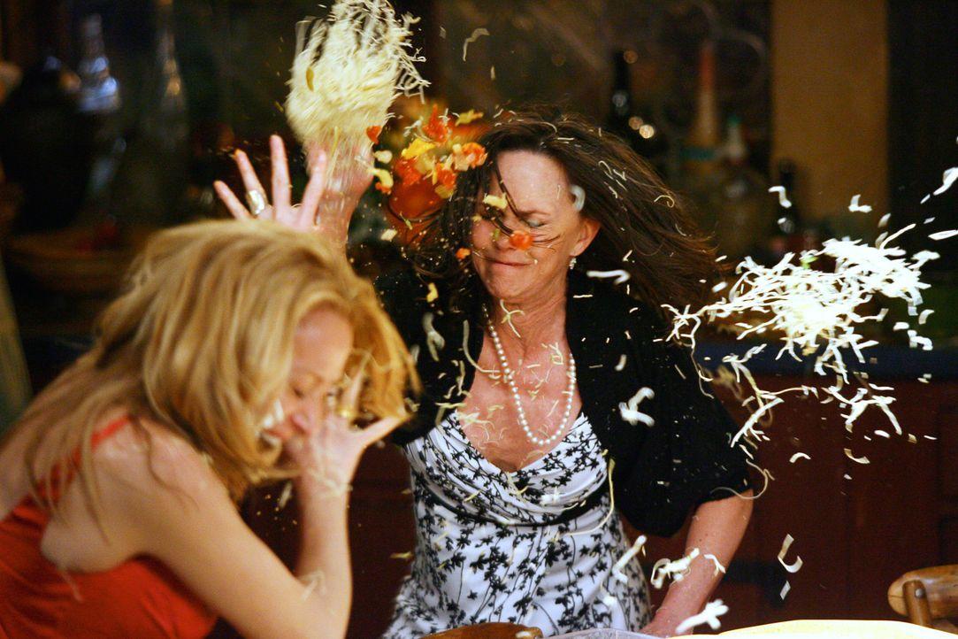 Zwischen Holly Harper (Patricia Wettig, l.) und Nora Walker (Sally Field, r.) kommt es zu einem handfesten Streit bei dem es richtig zur Sache geht... - Bildquelle: Disney - ABC International Television
