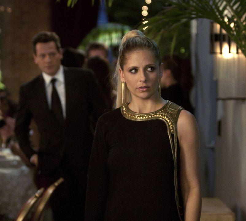 Der FBI-Agent Victor Machado schnüffelt hinter Bridget Kelly (Sarah Michelle Gellar, r.) her. Hat er inzwischen durchschaut, dass sie sich nur für... - Bildquelle: 2011 THE CW NETWORK, LLC. ALL RIGHTS RESERVED