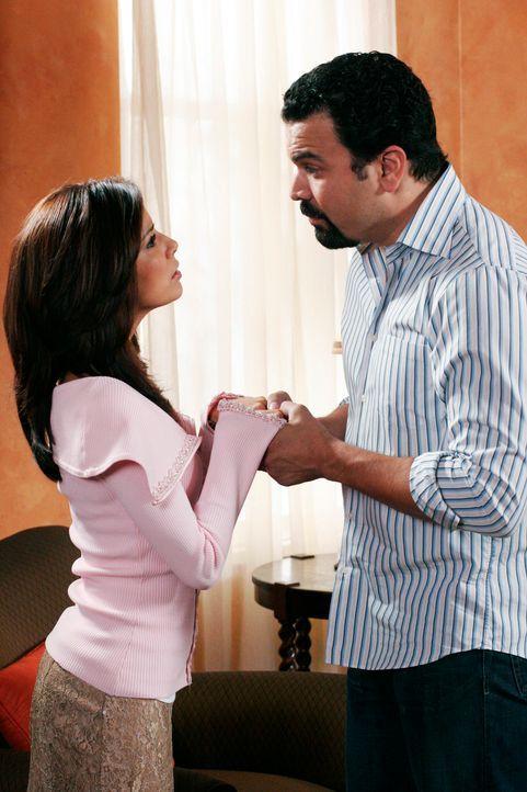 Gabrielle (Eva Logoria, l.) versucht alles, um Carlos (Ricardo Antonio Chavira, r.) wieder für sich gewinnen zu können ... - Bildquelle: 2005 Touchstone Television  All Rights Reserved