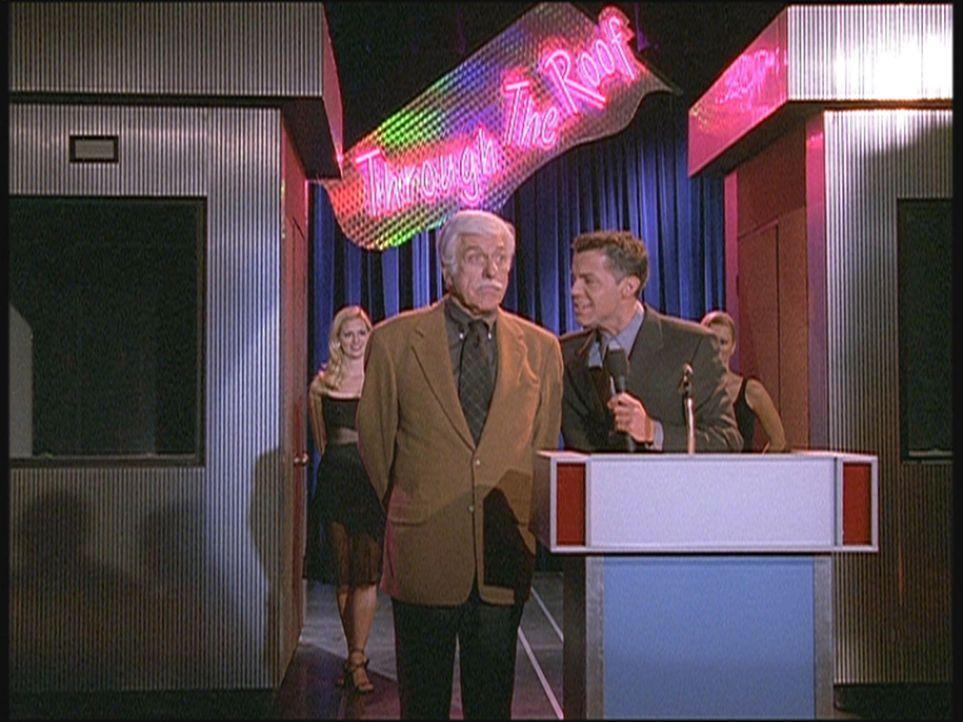 Quizmaster Drew (John Griffin, r.) stellt Mark (Dick Van Dyke, M.) als neuen Kandidaten der Sendung vor. - Bildquelle: Viacom