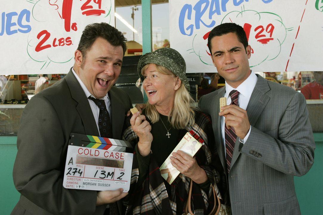Jeremy Ratchford (l.) und Danny Pino (r.) mit der Golden Globe Gewinnerin Diane Ladd (M.) bei den Dreharbeiten. - Bildquelle: Warner Bros. Television