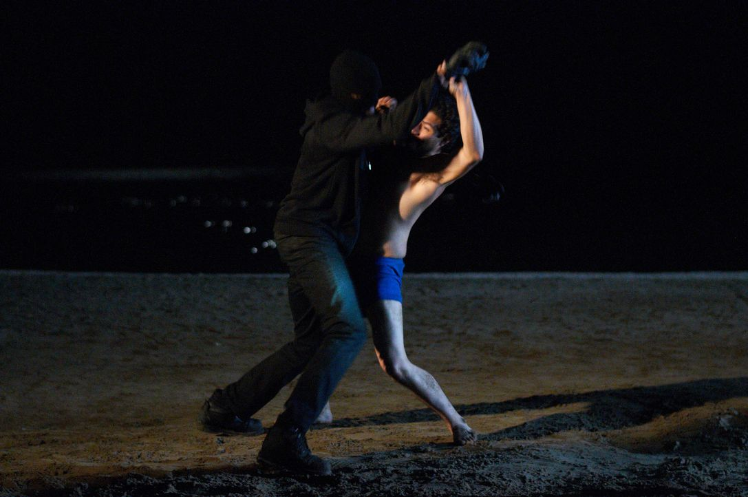 Der Kampf zwischen dem Sexualstraftäter (l.) und Arthur (r.) geht nicht ohne Verletzte zu Ende ... - Bildquelle: Steven Lungley Cineflix 2014