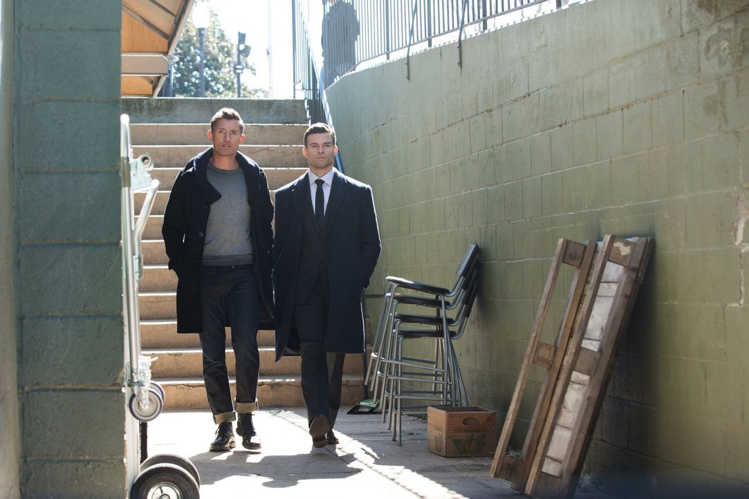 Während Finn (Casper Zafer, l.) und Elijah (Daniel Gillies, r.) sich auf die Suche nach Freya machen, müssen Klaus und Hayley sich entscheiden, ob s... - Bildquelle: Warner Bros. Entertainment, Inc.
