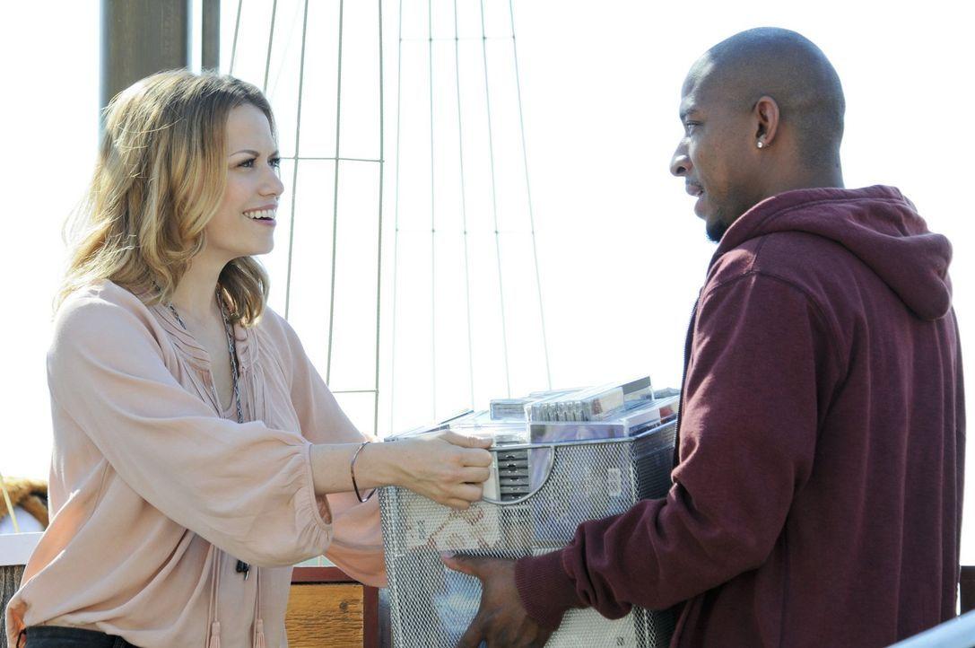 """Haley (Bethany Joy Galeotti, l.) und Skills (Antwon Tanner, r.) bereiten das jährliche """"Burning Boat Festival"""" vor, denn es gibt so manche Enttäusch... - Bildquelle: Warner Bros. Pictures"""