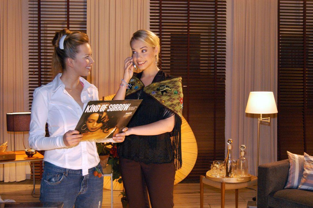 Geburtstagskind Kim (Lara-Isabelle Rentinck, r.) und Hannah (Laura Osswald, l.) planen, es in Sophies Wohnung so richtig krachen zu lassen ... - Bildquelle: Monika Schürle SAT.1 / Monika Schürle