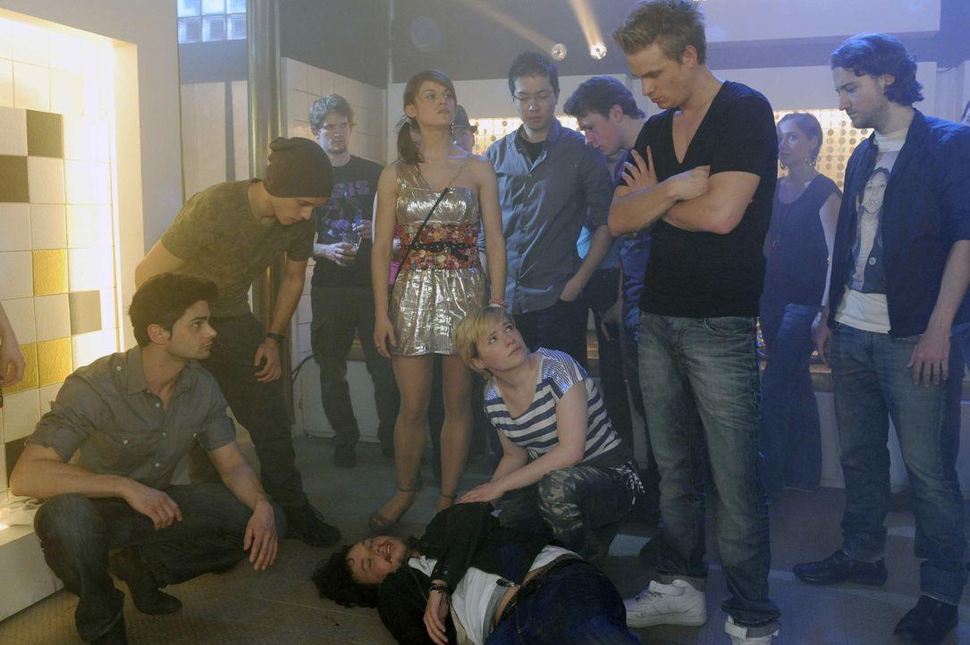 Bea wird von den Schülern zu einer Schlägerei ins Chulos gerufen und stellt entsetzt fest, dass Ben (Christopher Kohn, liegend) von Ronnie (Freder... - Bildquelle: SAT.1