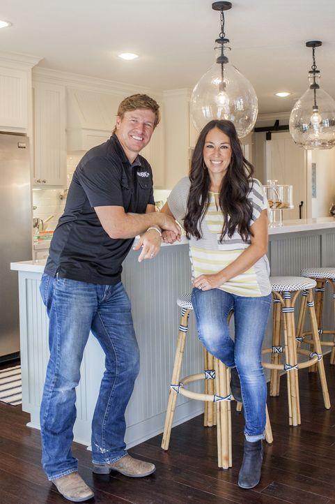 Chip (l.) und Ehefrau Joanna (r.) sind ein eingeschworenes Renovierungs-Paar: Alles was ihre Kunden tun müssen, ist ihre Wünsche zu äußern und ein H... - Bildquelle: jennifer boomer 2015, HGTV/ Scripps Networks, LLC.  All Rights Reserved.