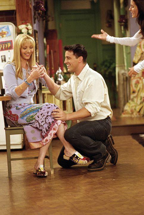 Monica (Courteney Cox, r.) kann es nicht fassen, dass Phoebe (Lisa Kudrow, l.) den Heiratsantrag von Joey (Matt LeBlanc, M.), der davon ausgeht, das... - Bildquelle: TM+  WARNER BROS.