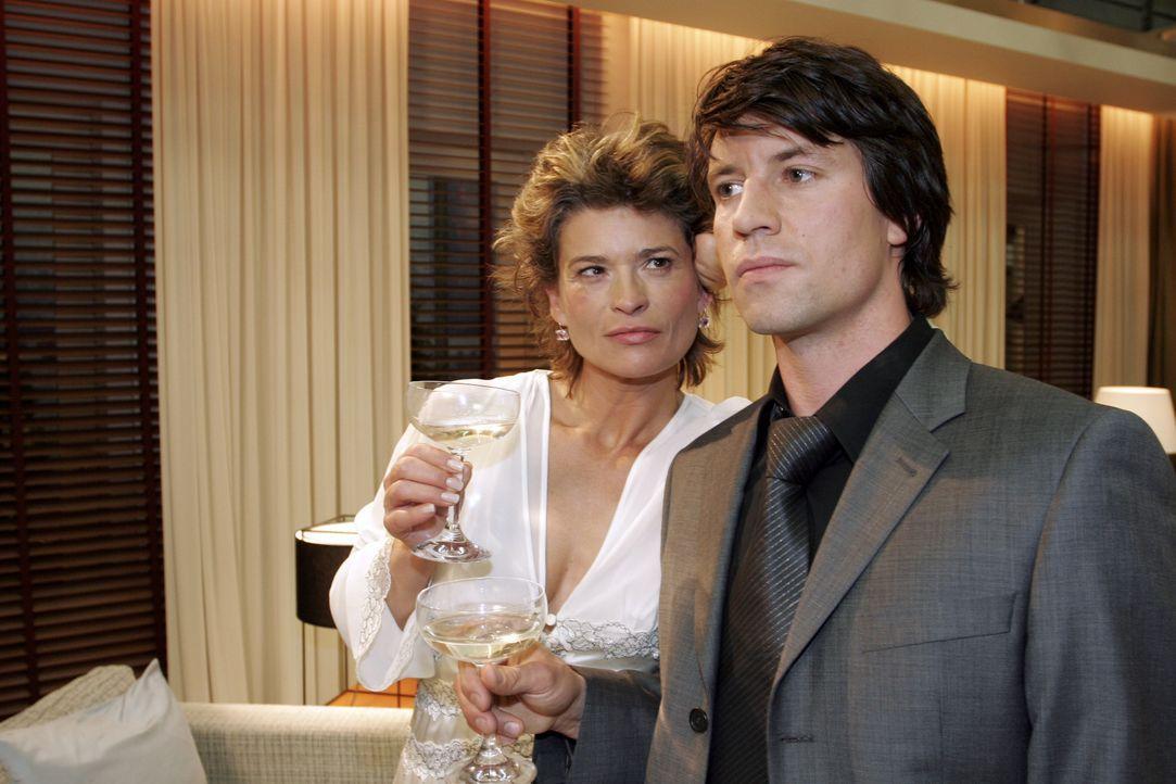 Sophie (Gabrielle Scharnitzky, l.) befürchtet bereits, den attraktiven Viktor (Roman Rossa, r.) nicht wiederzusehen ... - Bildquelle: Noreen Flynn SAT.1 / Noreen Flynn