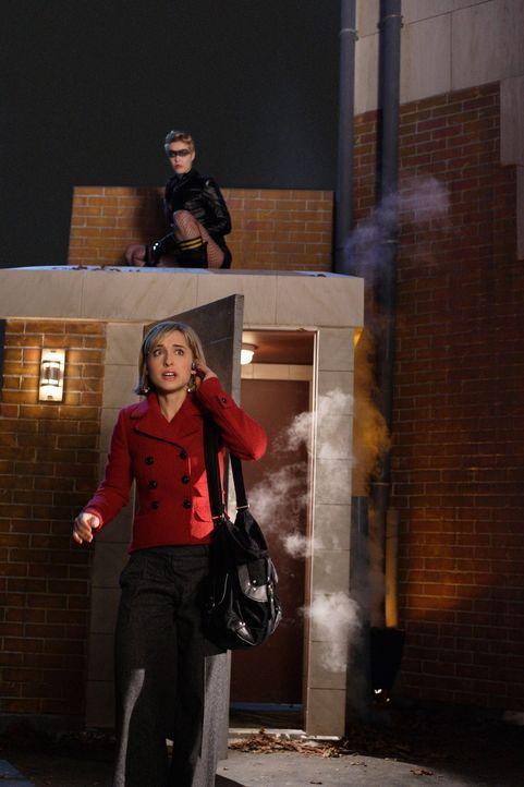 Weil sie denkt, dass sie mit Lex auf der richtigen Seite ist, folgt die Sirene Dinah (Alaina Huffman, hinten) seinen Aufträgen. Ihr Ziel: Chloe (All... - Bildquelle: Warner Bros.