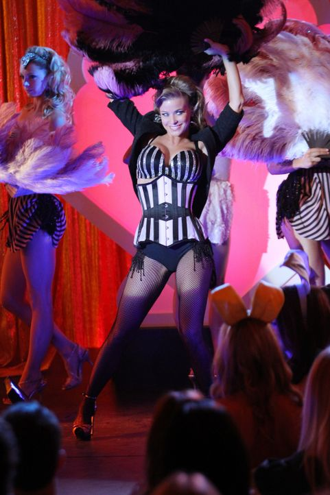 Die Burlesque-Tänzerin Vesta (Carmen Electra, M.) begeistert das Publikum ... - Bildquelle: 2012 The CW Network. All Rights Reserved.