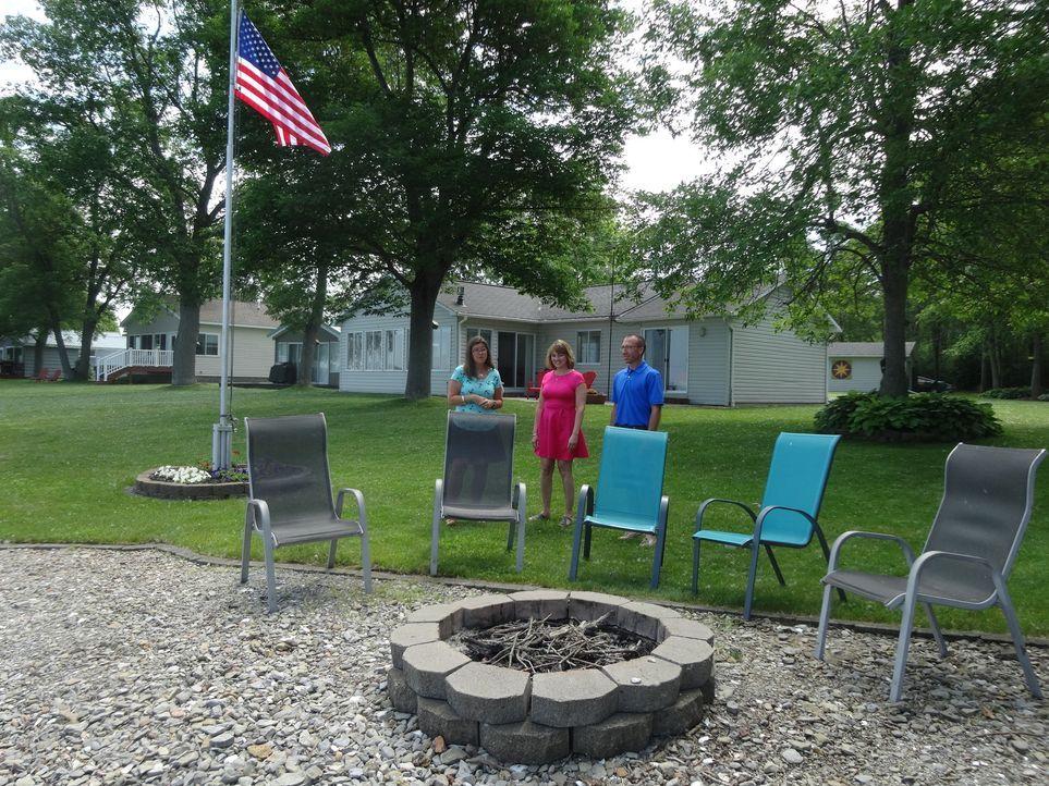Immobilienmaklerin Amanda Miller (l.) hat noch ein weiteres Haus in petto: Sandy Station. Der Garten zum Spielen und die Feuerstelle könnte auch den... - Bildquelle: 2015,HGTV/Scripps Networks, LLC. All Rights Reserved