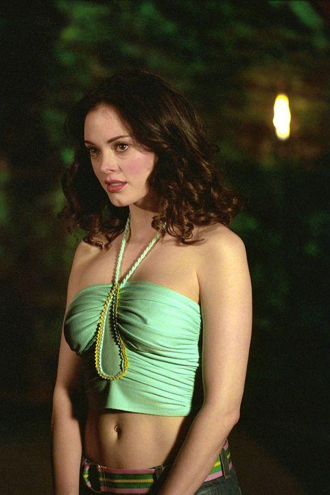Als Cole mit Rowan, dem Abgesandten der Vampirkönigin, spricht, platzt Paige (Rose McGowan) dazwischen und findet Gefallen an Rowan. - Bildquelle: Paramount Pictures