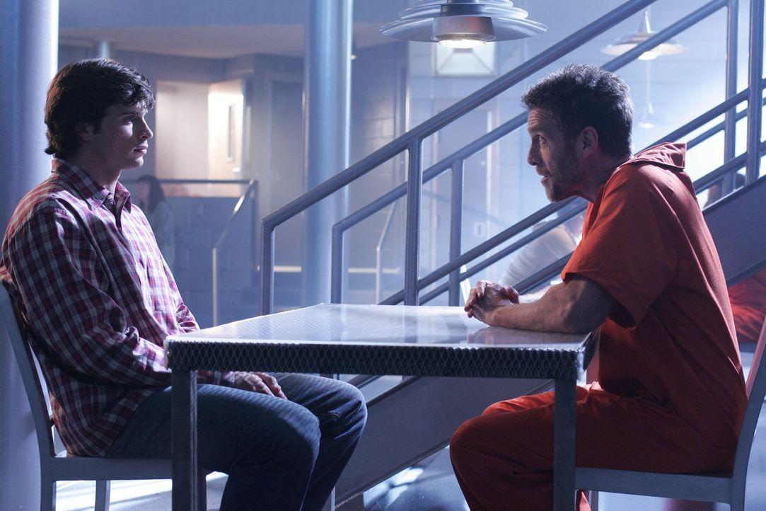 Als Lex beschuldigt wird, eine junge Frau ermordet zu haben, wendet sich Clark (Tom Welling, l.) Hilfe suchend an Lionel (John Glover, r.) ... - Bildquelle: Warner Bros.