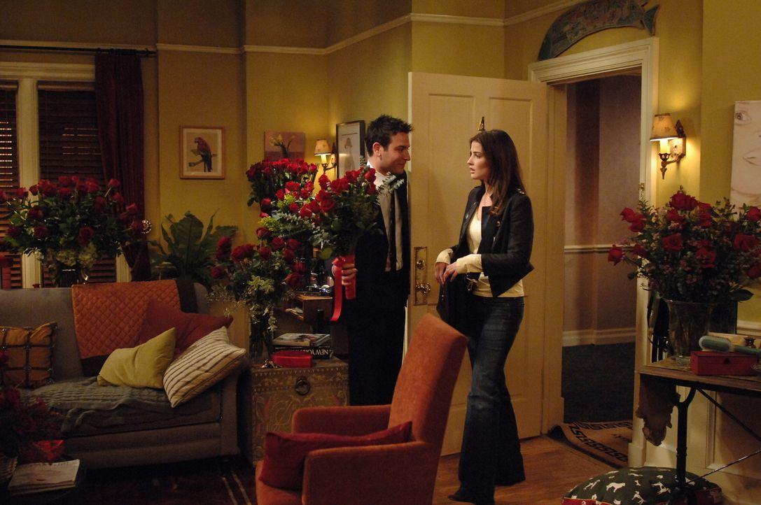 Ted (Josh Radnor, l.) gelingt die Überraschung, allerdings findet Robin (Cobie Smulders, r.) das Ganze etwas übertrieben ... - Bildquelle: 20th Century Fox International Television