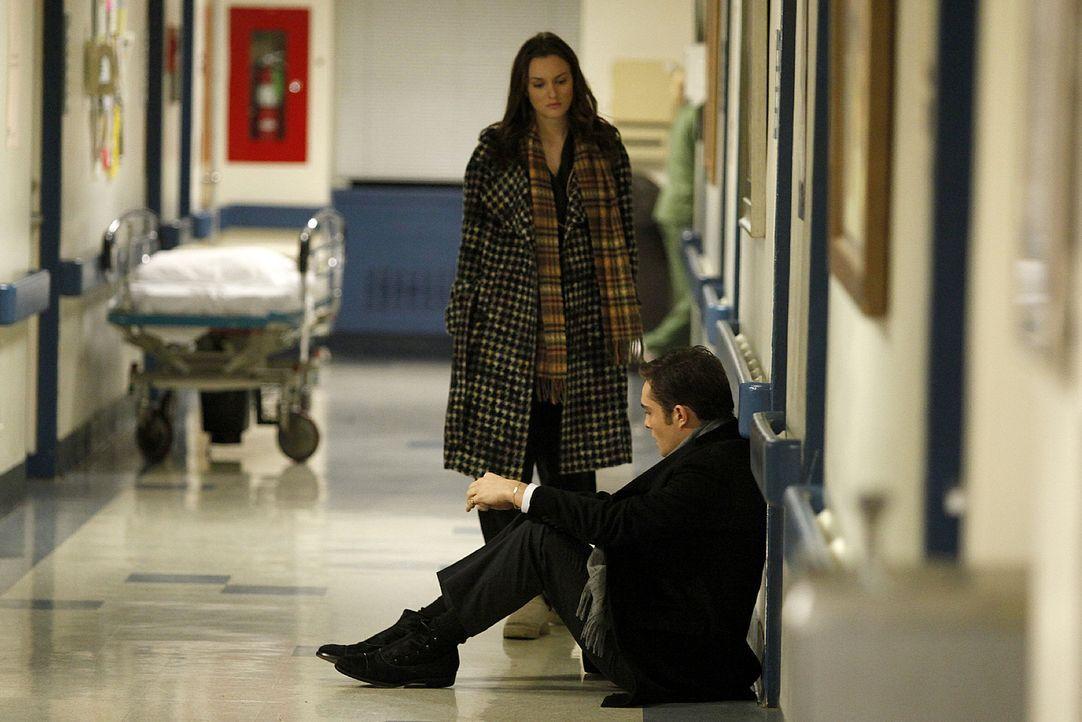 Als Chuck (Ed Westwick, r.) ins Krankenhaus kommt, erinnert er sich sofort an den Tod seines Vaters und wird schwach - auch hier wird er natürlich v... - Bildquelle: Warner Brothers