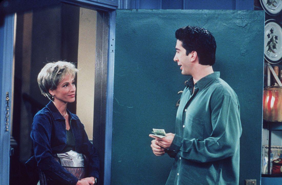 Ross (David Schwimmer, r.) ist begeistert von der Pizzalieferantin Caitleen (Kristin Dattilo, l.). - Bildquelle: TM+  2000 WARNER BROS.