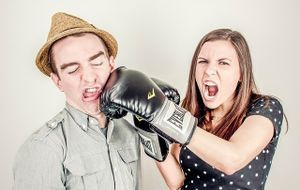 Frau mit Boxhandschuhe