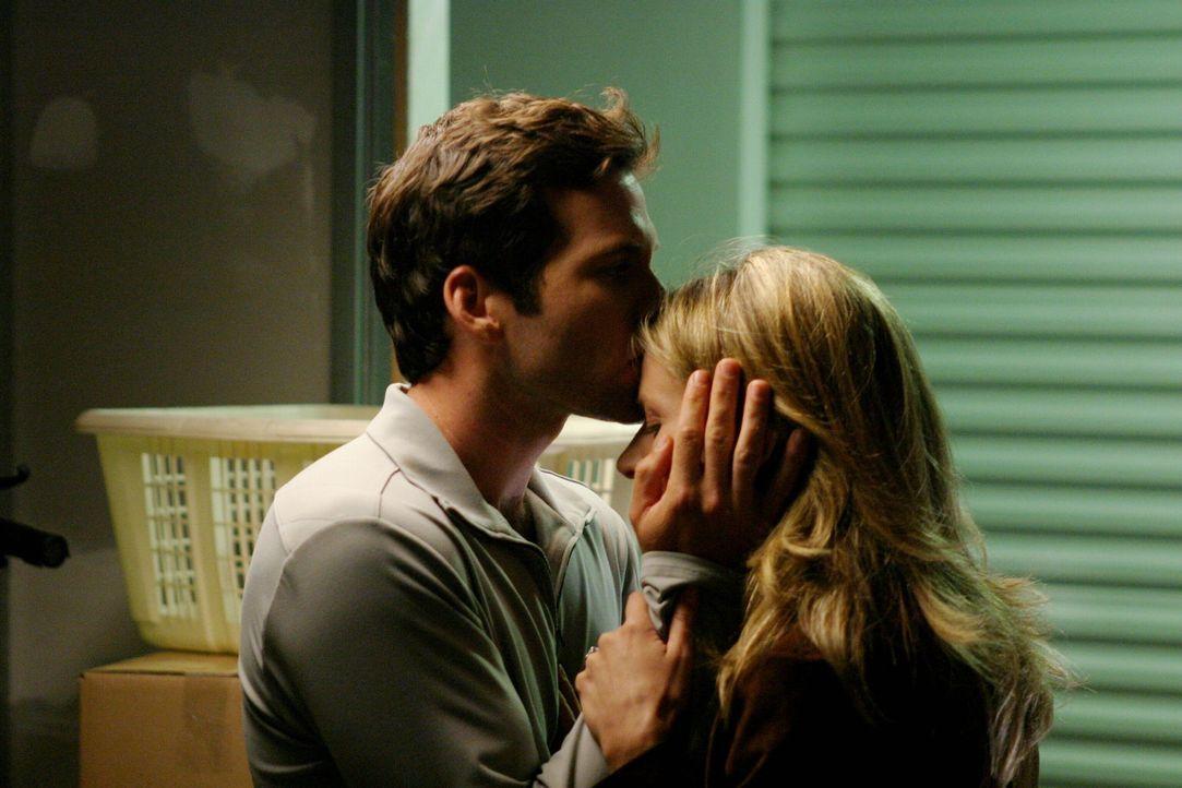 Weiß Chris (Eion Bailey, l.), dass seine Geliebte Whitney Ridder (Jessalyn Gilsig, r.) ein Doppelleben führt? - Bildquelle: Warner Bros. Entertainment Inc.