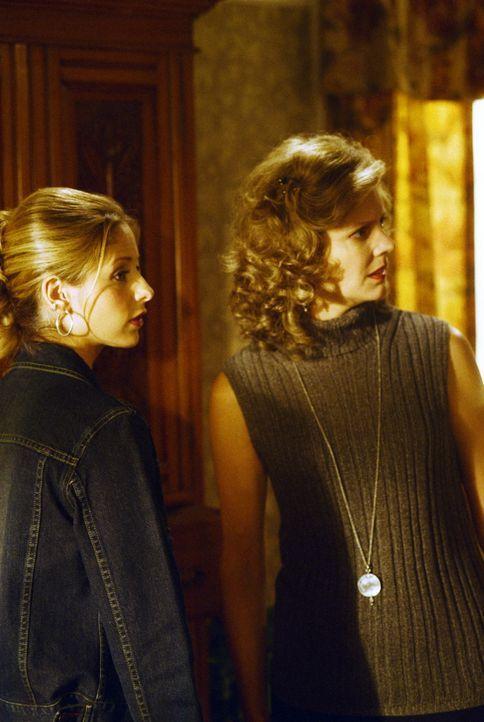 Buffy (Sarah Michelle Gellar, l.) hat Ärger mit ihrer Mutter (Kristine Sutherland, r.): Darf sie noch auf Patrouille gehen oder nicht? - Bildquelle: TM +   2000 Twentieth Century Fox Film Corporation. All Rights Reserved.