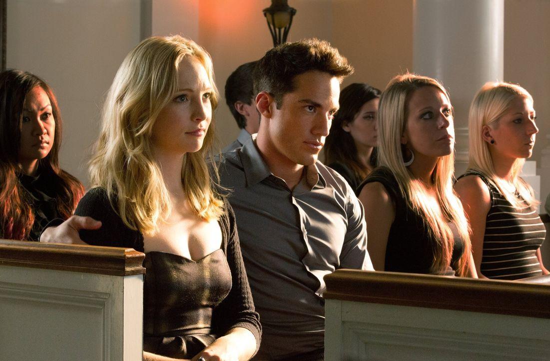 Ihnen ist kein Risiko zu groß, um für ihre Freunde da zu sein: Caroline (Candice Accola, Mitte l.) und Tyler (Michael Trevino, Mitte, r.) ... - Bildquelle: Warner Brothers