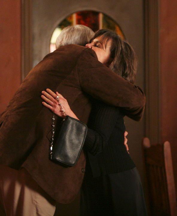 Knistert es zwischen Nora (Sally Field, r.) und ihrer Jugendliebe Stan Harris (Chevy Chase, l.) wieder? - Bildquelle: Disney - ABC International Television