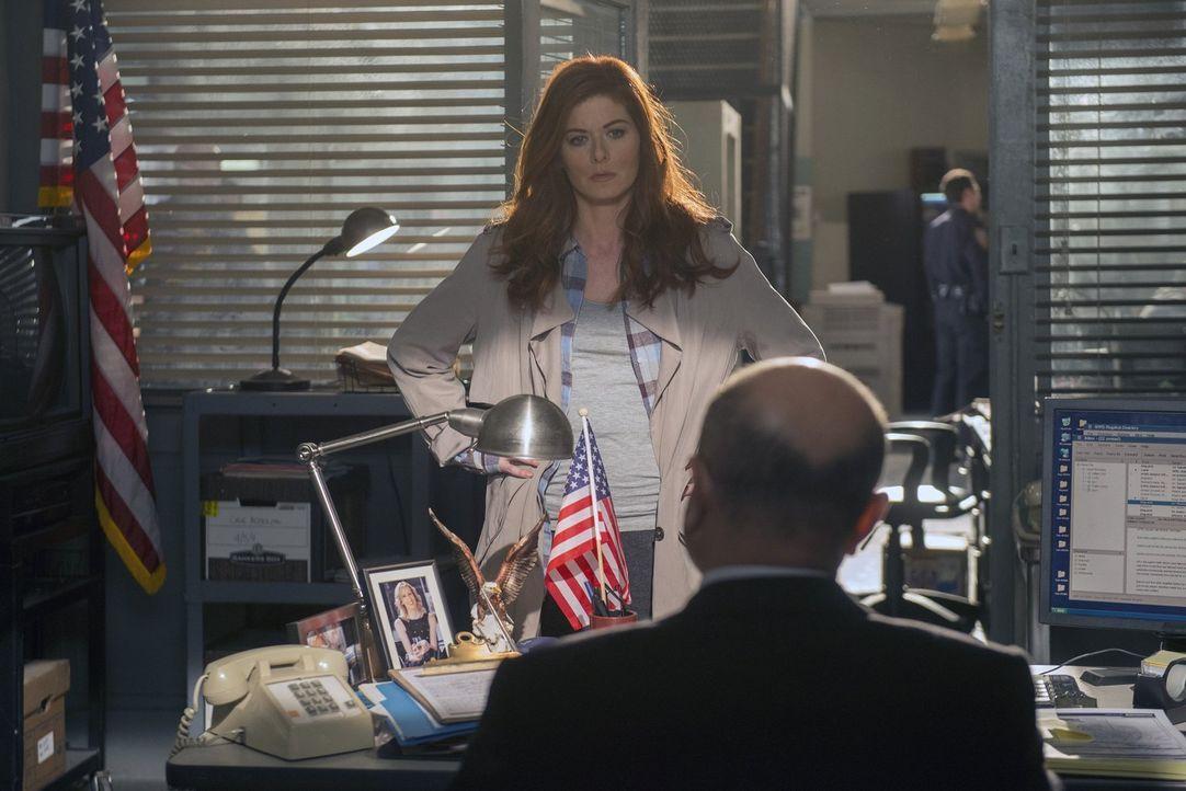 Die Ermittlungen in einem Kriminalfall führen Laura (Debra Messing, l.) zu ihrem Chef Dan Hauser (Enrico Colantoni, r.). Doch hat er wirklich etwas... - Bildquelle: Warner Bros. Entertainment, Inc.
