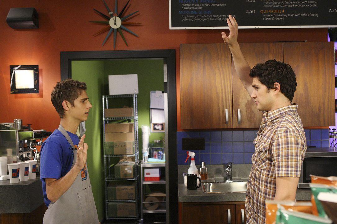 Gelingt es Kyle (Matt Dallas, r.) herauszufinden, wer für das fehlende Geld verantwortlich ist? Josh (Jean-Luc Bilodeau, l.) beteuert seine Unschul... - Bildquelle: TOUCHSTONE TELEVISION