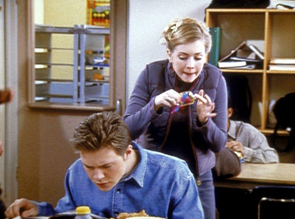 Sabrina (Melissa Joan Hart, r.) will mit einem Zaubermittel dafür sorgen, dass Harvey (Nate Richert, l.) etwas mehr Ehrgeiz entwickelt. - Bildquelle: Paramount Pictures
