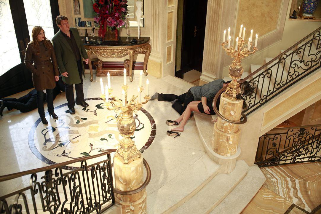 Als Castle (Nathan Fillion, 2.v.l.) und Beckett (Stana Katic, l.) das Haus der Sängerin Regina Cane betreten, liegen dort diverse Leute herum, welch... - Bildquelle: 2012 American Broadcasting Companies, Inc. All rights reserved.