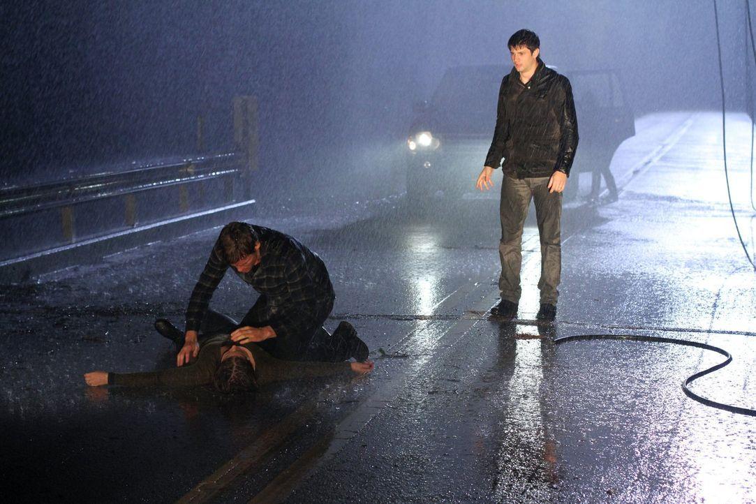 Ein schrecklicher Sturm in One Hill bringt nicht nur Brooke (Sophia Bush, l.), Julian (Austin Nichols, M.) und Nathan (James Lafferty, r.) in Gefahr... - Bildquelle: Warner Bros. Pictures