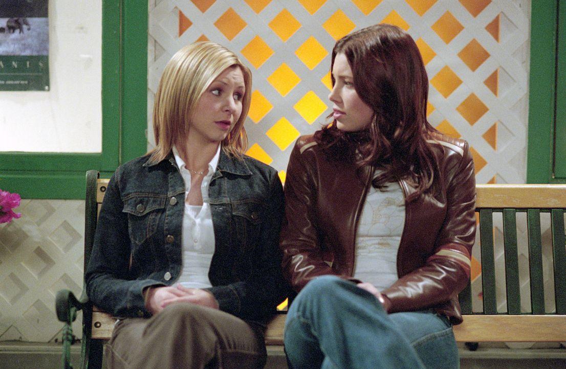 Lucy (Beverley Mitchell, l.) vertraut Mary (Jessica Biel, r.) ihr Geheimnis an ... - Bildquelle: The WB Television Network